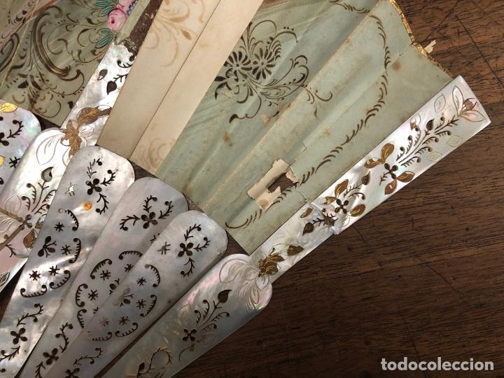 Antigüedades: ESPECTACULAR ABANICO CON VARILLAS DE NACAR. ESCENAS EN AMBAS CARAS PINTADAS A MANO - Foto 8 - 237482675