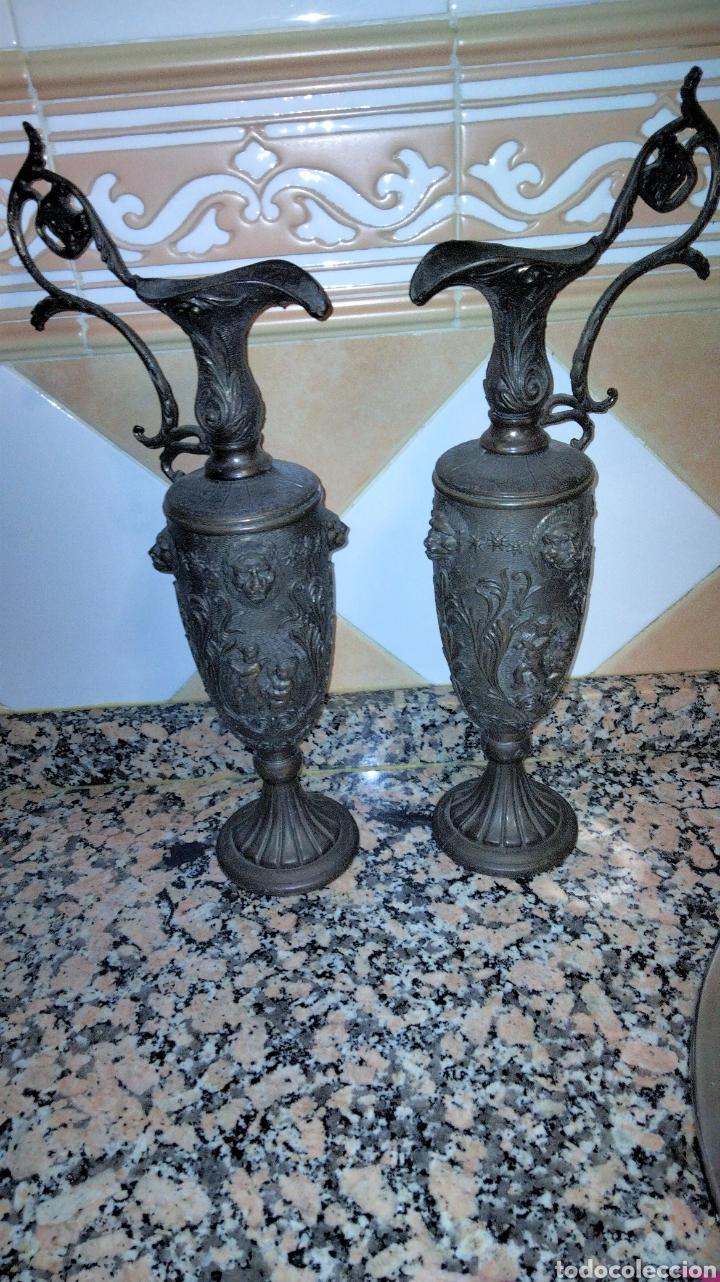 Antigüedades: PAREJAS DE JARRITAS EN METAL CON GRABADOS - Foto 4 - 237562045