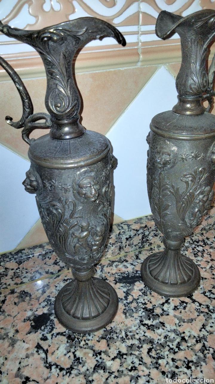 Antigüedades: PAREJAS DE JARRITAS EN METAL CON GRABADOS - Foto 3 - 237562045