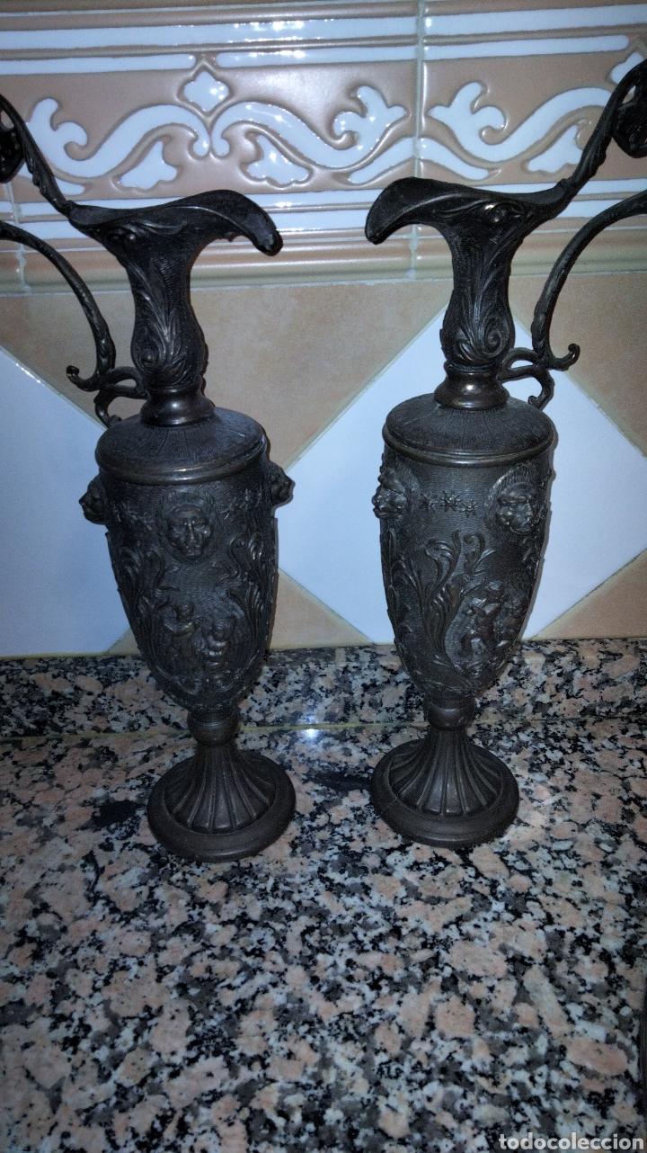 Antigüedades: PAREJAS DE JARRITAS EN METAL CON GRABADOS - Foto 2 - 237562045