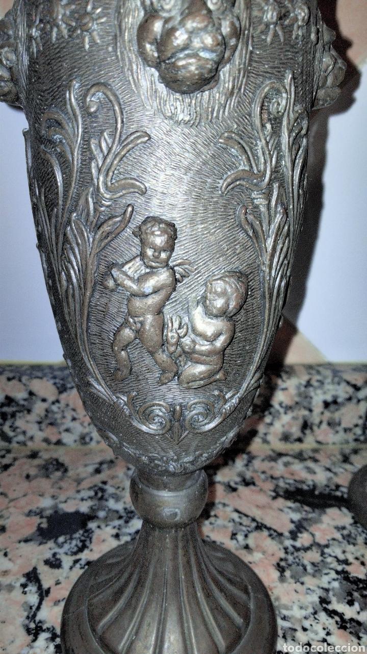 Antigüedades: PAREJAS DE JARRITAS EN METAL CON GRABADOS - Foto 10 - 237562045