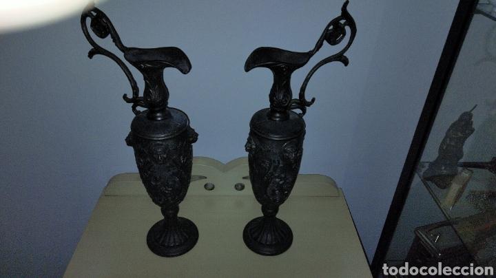 PAREJAS DE JARRITAS EN METAL CON GRABADOS (Antigüedades - Religiosas - Orfebrería Antigua)
