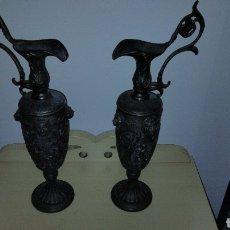 Antigüedades: PAREJAS DE JARRITAS EN METAL CON GRABADOS. Lote 237562045
