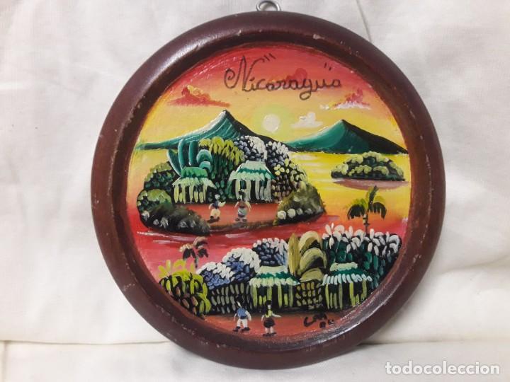 PLATO DE MADERA PINTADO AL ÓLEO, NICARAGUA / MIDE 15 CMS. (Antigüedades - Hogar y Decoración - Platos Antiguos)