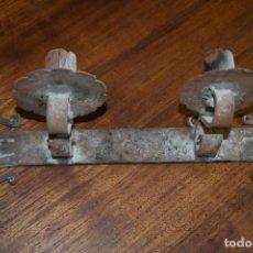 Antigüedades: ANTIGUO PORTAVELAS DE PARED DE HIERRO. Lote 237662050