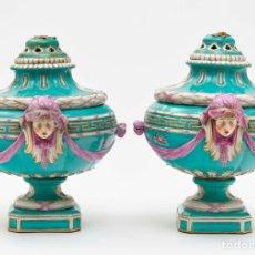 Antigüedades: PAREJA DE JARRONES CON TAPA EN PORCELANA DE BERLÍN DEL SIGLO XIX. Lote 237763985