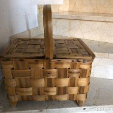 Antigüedades: ANTIGUA CESTA DE CASTAÑO CON TAPAS. 38 X 26 CM. ALTURA CON ASA 40 CM. Lote 237766765