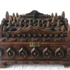Antigüedades: CAJA DE SOBREMESA TALLADA COSTURERO O JOYERO MEDIADOS DEL S.XX.. Lote 237828145