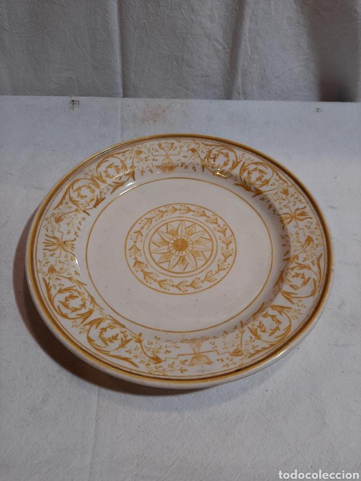 CURIOSO PLATO ALCORA EN ORO S.XIX MARCA A EN LA BASE (Antigüedades - Porcelanas y Cerámicas - Alcora)
