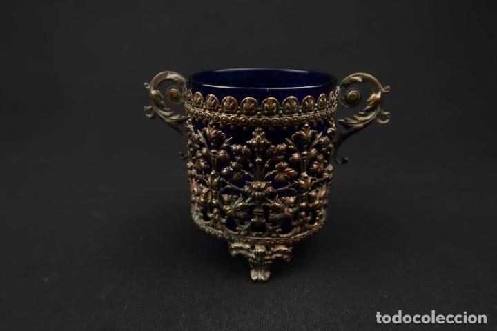 Antigüedades: Antiguo Recipiente Cristal Azul Cobalto con Soporte de Bronce - Foto 3 - 238106260