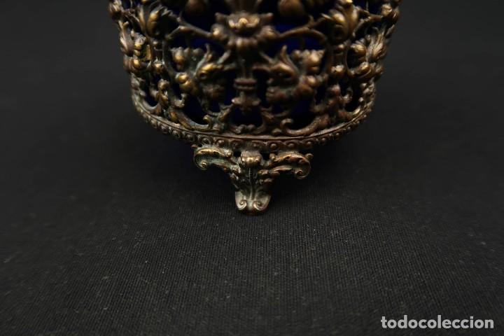 Antigüedades: Antiguo Recipiente Cristal Azul Cobalto con Soporte de Bronce - Foto 4 - 238106260