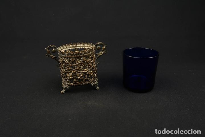 Antigüedades: Antiguo Recipiente Cristal Azul Cobalto con Soporte de Bronce - Foto 5 - 238106260