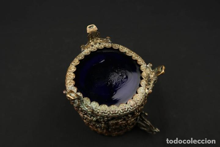 Antigüedades: Antiguo Recipiente Cristal Azul Cobalto con Soporte de Bronce - Foto 10 - 238106260
