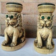 Antiquités: PAREJA DE CANDELABROS LEONES TIPO FOO - CON PUBLICIDAD MEDICAMENTO HEPADIF AÑOS 70 - ALTURA: 15 CM. Lote 238126410