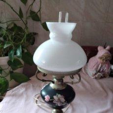 Antigüedades: ANTIGUA LAMPARA DE SOBREMESA DE PORCELANA, METAL Y OPALINA.. Lote 238178605