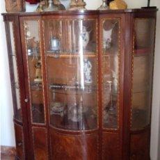 Antigüedades: VITRINA FERNANDINA, S. XIX, DE PALMA DE CAOBA, CON CRISTALES ABOMBADOS. 130 CMS ALTURA.. Lote 238237130