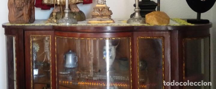 Antigüedades: VITRINA FERNANDINA, S. XIX, DE PALMA DE CAOBA, CON CRISTALES ABOMBADOS. 130 CMS ALTURA. - Foto 2 - 238237130