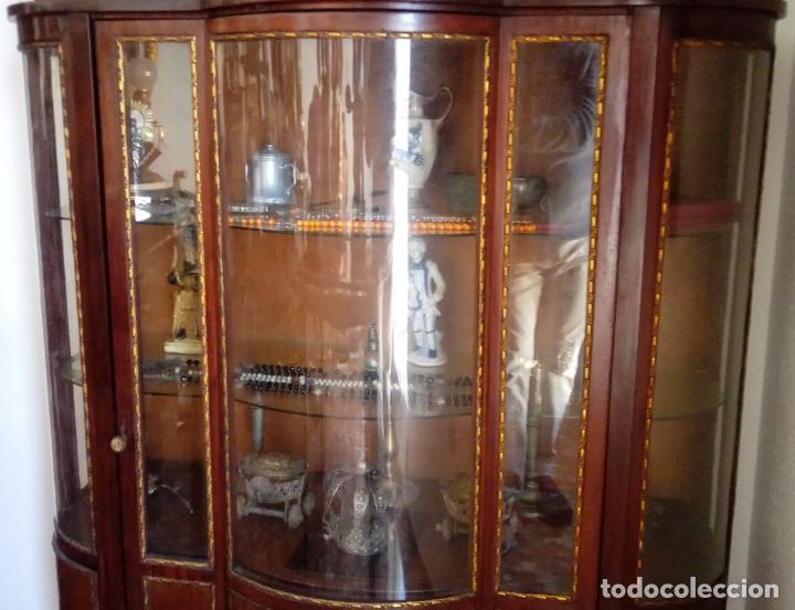 Antigüedades: VITRINA FERNANDINA, S. XIX, DE PALMA DE CAOBA, CON CRISTALES ABOMBADOS. 130 CMS ALTURA. - Foto 3 - 238237130