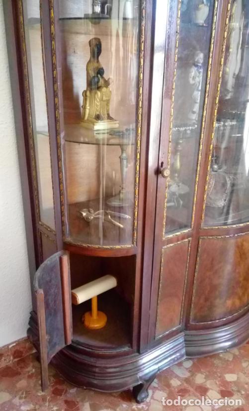 Antigüedades: VITRINA FERNANDINA, S. XIX, DE PALMA DE CAOBA, CON CRISTALES ABOMBADOS. 130 CMS ALTURA. - Foto 6 - 238237130