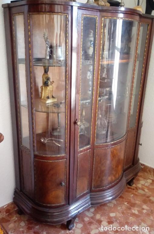 Antigüedades: VITRINA FERNANDINA, S. XIX, DE PALMA DE CAOBA, CON CRISTALES ABOMBADOS. 130 CMS ALTURA. - Foto 7 - 238237130