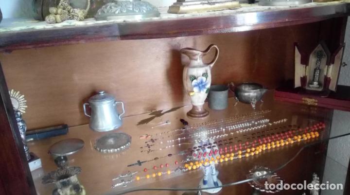 Antigüedades: VITRINA FERNANDINA, S. XIX, DE PALMA DE CAOBA, CON CRISTALES ABOMBADOS. 130 CMS ALTURA. - Foto 9 - 238237130