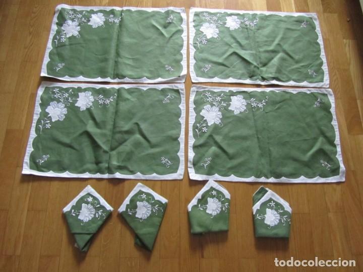 Antigüedades: 4 manteles individuales de lino bordado + 4 servilletas - Foto 3 - 238281720