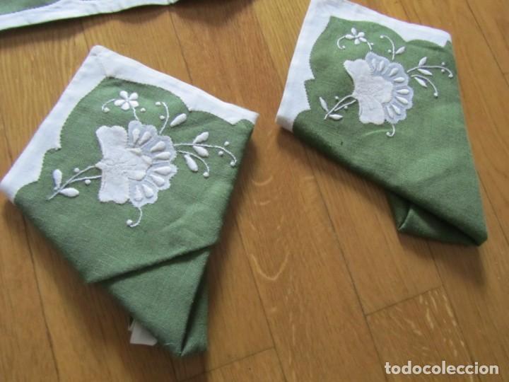 Antigüedades: 4 manteles individuales de lino bordado + 4 servilletas - Foto 4 - 238281720