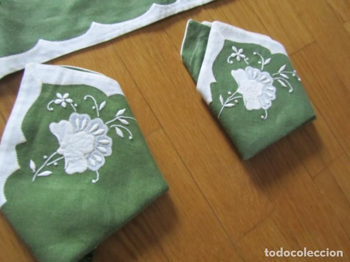 Antigüedades: 4 manteles individuales de lino bordado + 4 servilletas - Foto 5 - 238281720