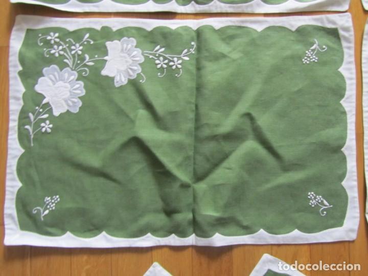 Antigüedades: 4 manteles individuales de lino bordado + 4 servilletas - Foto 6 - 238281720