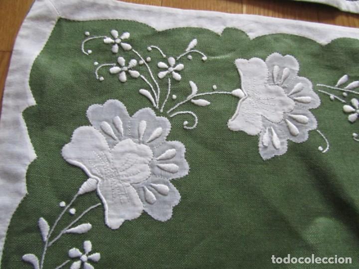 Antigüedades: 4 manteles individuales de lino bordado + 4 servilletas - Foto 7 - 238281720