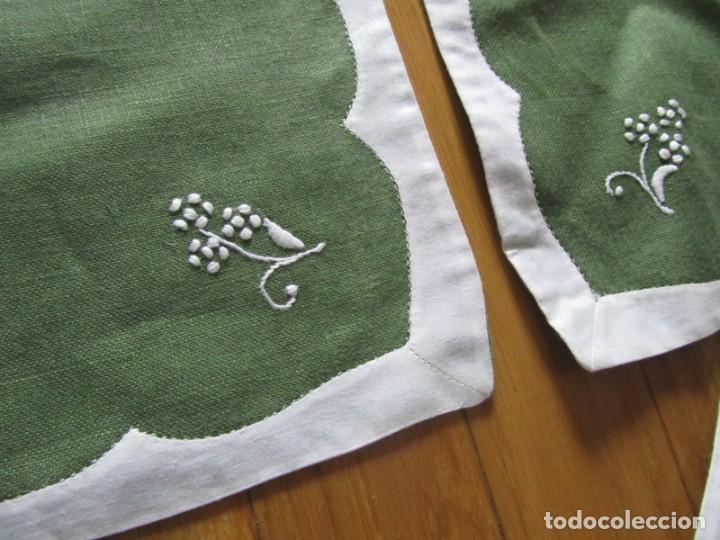 Antigüedades: 4 manteles individuales de lino bordado + 4 servilletas - Foto 8 - 238281720