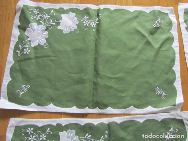 Antigüedades: 4 manteles individuales de lino bordado + 4 servilletas - Foto 9 - 238281720