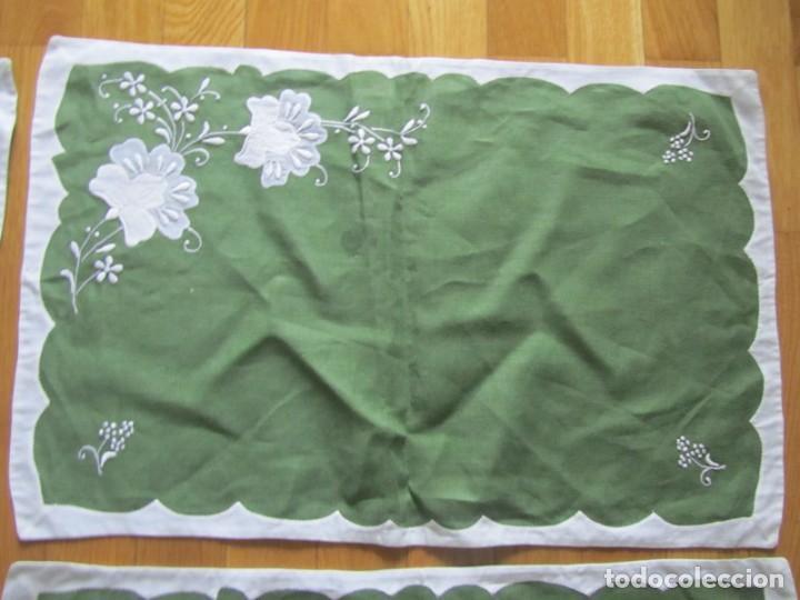 Antigüedades: 4 manteles individuales de lino bordado + 4 servilletas - Foto 10 - 238281720