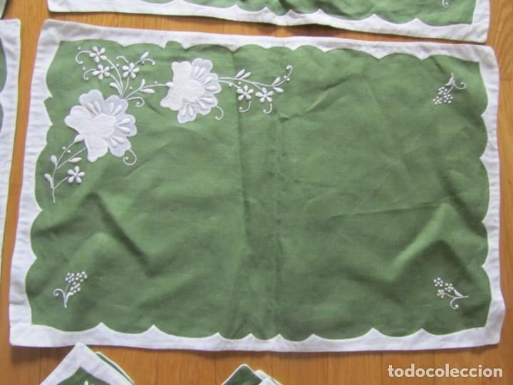 Antigüedades: 4 manteles individuales de lino bordado + 4 servilletas - Foto 11 - 238281720