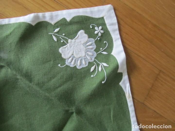 Antigüedades: 4 manteles individuales de lino bordado + 4 servilletas - Foto 13 - 238281720