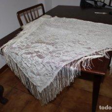 Antigüedades: ANTIGUA MANTILHA O CHAL SEDA BLANCO/DORADO 1,80X1,10MT. Lote 238318670