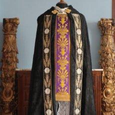 Antiguidades: CAPA PLUVIAL DE CORTE MODERNO, CONFECCIONADA EN SEDA CON DAMASCOS RELIGIOSOS. AÑOS 60.. Lote 238330195