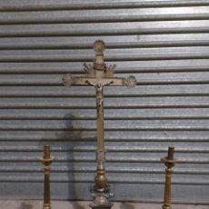 Antigüedades: ALTAR ANTIGUA CRUZ BRONCE CON PEANA APLACA SELLADA GRAN PESO TAMAÑO 100CM Y CANDELABROS HACHERO. Lote 228877130