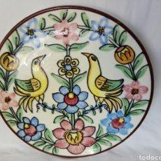 Antigüedades: BELLO PLATO VINTAGE DE CERÁMICA ESPAÑOLA PAJAROS Y FLORES. Lote 238374170