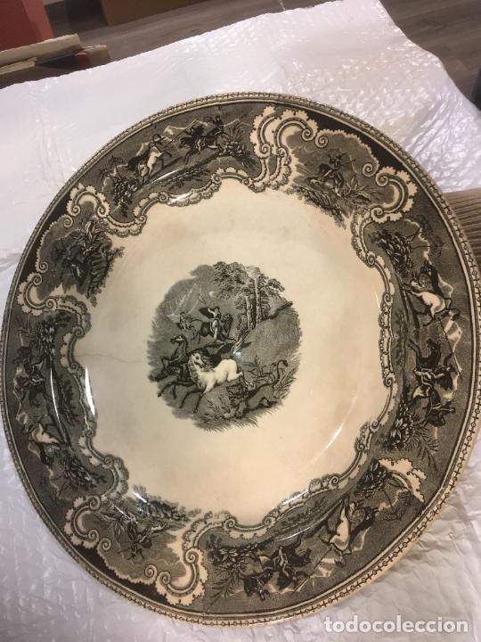 Antigüedades: Gran fuente plato de cerámica fábrica de Cartagena, caza a lazo del león,37 x 5 cms. sello manos - Foto 4 - 238415240