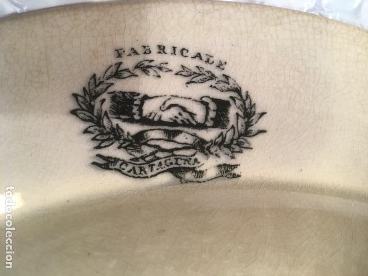 Antigüedades: Gran fuente plato de cerámica fábrica de Cartagena, caza a lazo del león,37 x 5 cms. sello manos - Foto 7 - 238415240