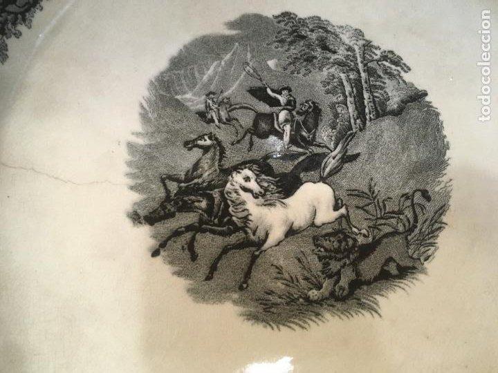 Antigüedades: Gran fuente plato de cerámica fábrica de Cartagena, caza a lazo del león,37 x 5 cms. sello manos - Foto 9 - 238415240