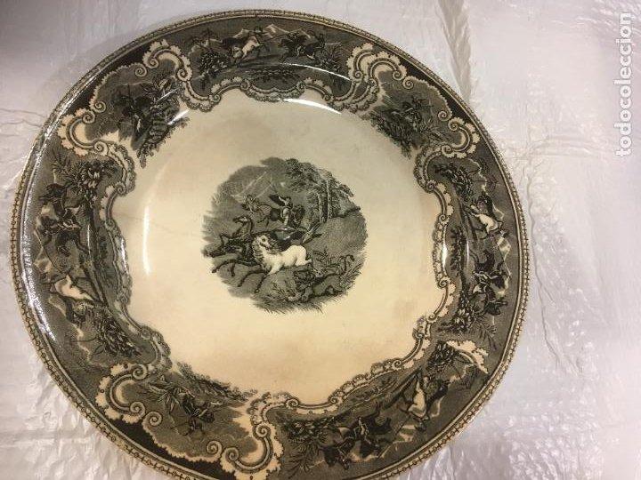 GRAN FUENTE PLATO DE CERÁMICA FÁBRICA DE CARTAGENA, CAZA A LAZO DEL LEÓN,37 X 5 CMS. SELLO MANOS (Antigüedades - Porcelanas y Cerámicas - Cartagena)