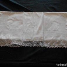 Antigüedades: BONITA SABANA DE MATRIMONIO BORDADA A MANO Y ENCAJE DE BOLILLOS, MIDE 2,37 X 1,84 METROS CON EL ENCA. Lote 238480960