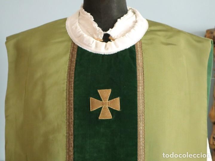 Antigüedades: Casulla confeccionada en seda, terciopelo y aplicaciones de hilo de oro. Mediados S. XX. - Foto 3 - 238516930