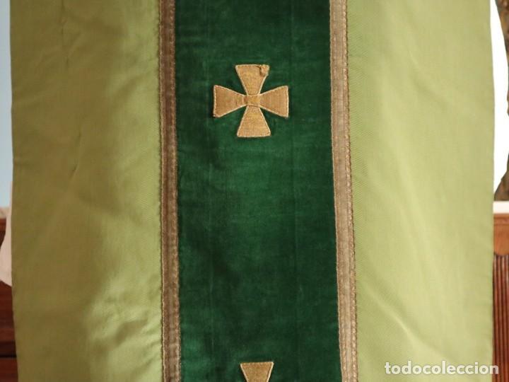 Antigüedades: Casulla confeccionada en seda, terciopelo y aplicaciones de hilo de oro. Mediados S. XX. - Foto 5 - 238516930