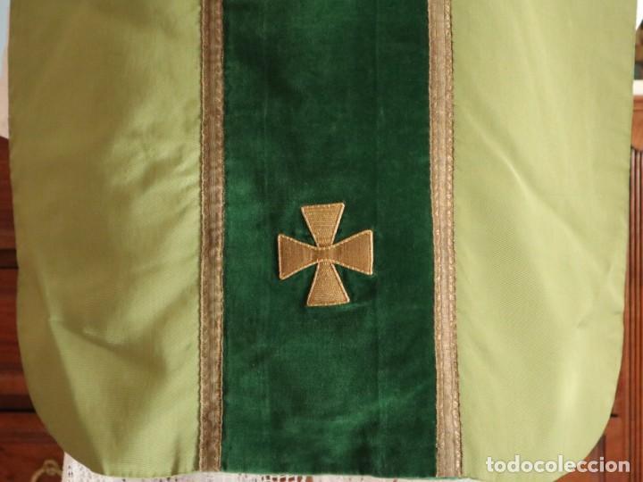 Antigüedades: Casulla confeccionada en seda, terciopelo y aplicaciones de hilo de oro. Mediados S. XX. - Foto 6 - 238516930