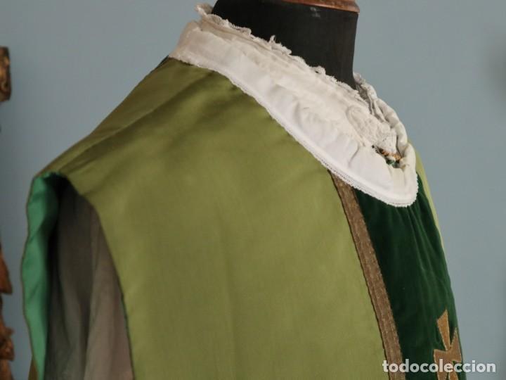 Antigüedades: Casulla confeccionada en seda, terciopelo y aplicaciones de hilo de oro. Mediados S. XX. - Foto 8 - 238516930