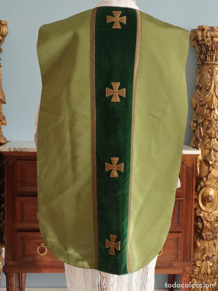 Antigüedades: Casulla confeccionada en seda, terciopelo y aplicaciones de hilo de oro. Mediados S. XX. - Foto 9 - 238516930