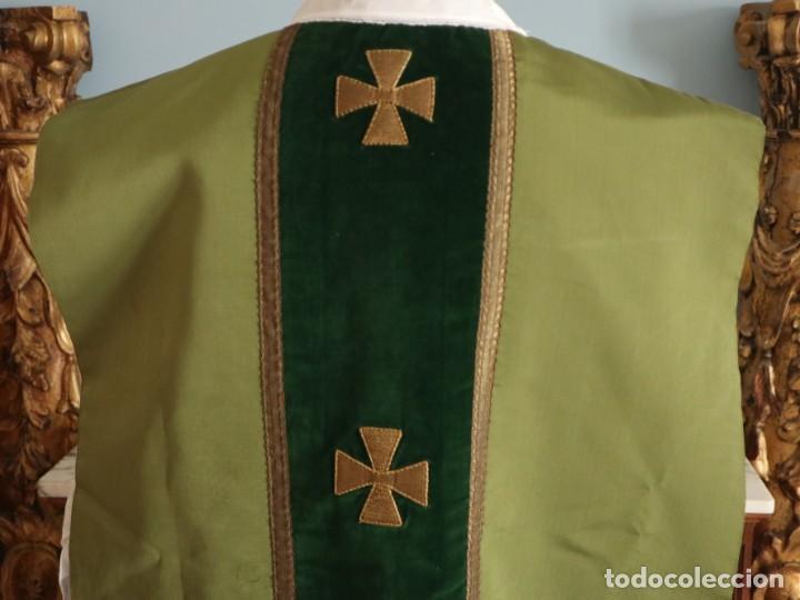 Antigüedades: Casulla confeccionada en seda, terciopelo y aplicaciones de hilo de oro. Mediados S. XX. - Foto 10 - 238516930